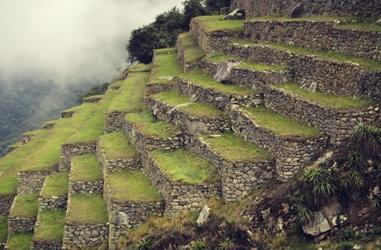 Terrassenbauweise mit perfekten Fundament in Machu Picchu