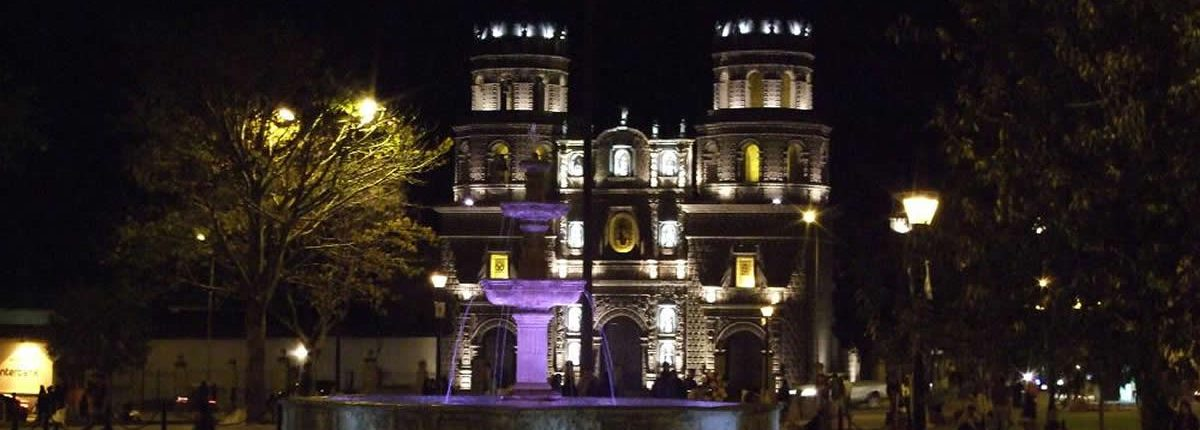 Cajamarca Plaza Cathedral bei Nacht