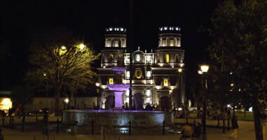 Cajamarca Plaza Kathedrale bei Nacht