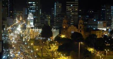 Blick auf Miraflores bei Nacht