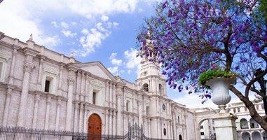 Blick auf Kathedrale und Plaza de Armas