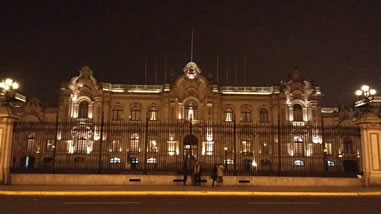 Palacio de Gobierno bei Nacht